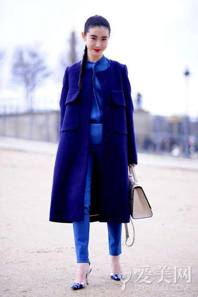 金色尖头高跟鞋 示范搭配:宝蓝色衬衫+宝蓝色高腰裤