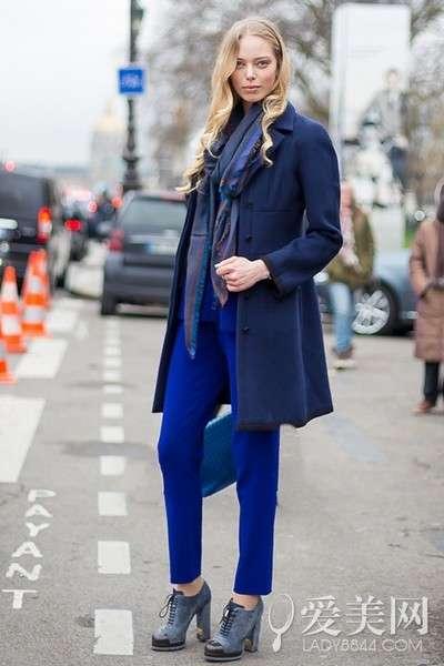 搭配要点:宝蓝色小西装+宝蓝色小脚裤+藏蓝色大衣