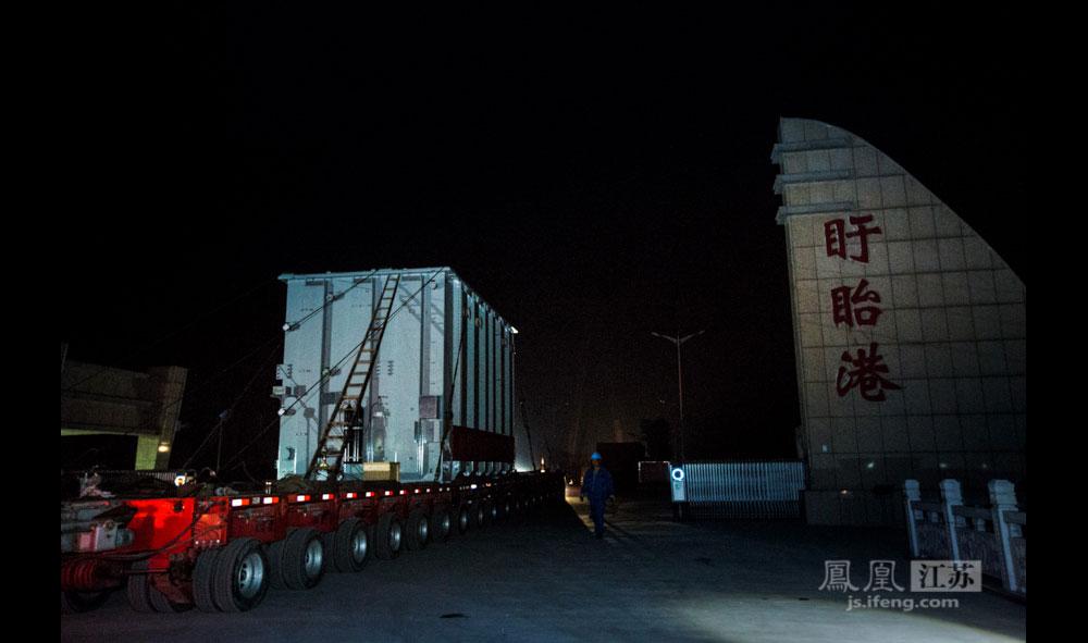 """车辆驶出盱眙港,再见了,我在江苏境内的第一个""""家"""",我会在31公里外的地方继续发光发热。 (凤凰网江苏站 孙浅浅/文 彭铭/摄)"""