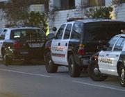 多辆警车停放在酒店楼下