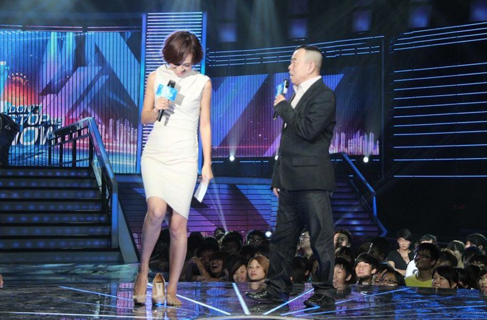 朱丹加入安徽卫视《势不可挡》的主持风采。