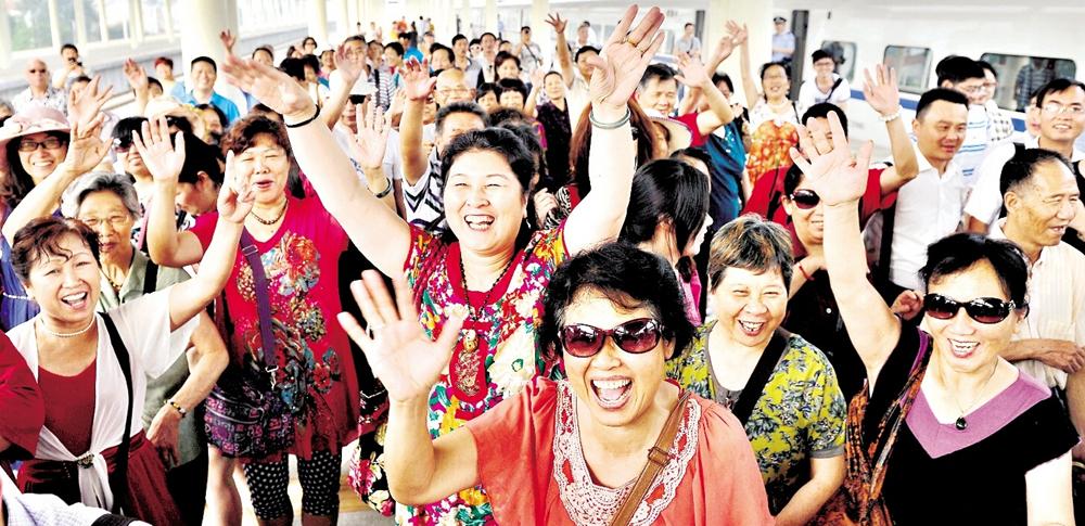武石武冈城铁开通,沿线不少民众尝鲜