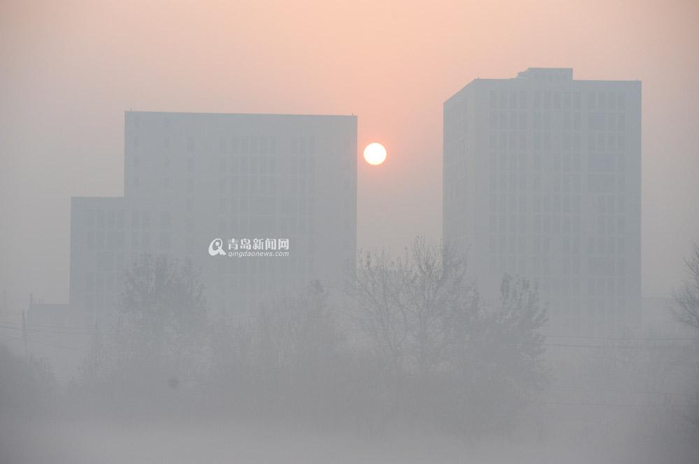 青岛新闻网12月4日讯 受华东、华北大部分地区大范围雾霾天气影响,我市市区范围空气质量指数(AQI)自12月3日7时起持续超过200,空气质量达到重度污染水平,首要污染物为PM2.5。预计不利气象条件将持续影响我市空气质量。根据《青岛市大气重污染应急预案》,青岛市环保局、青岛市气象局联合发布大气污染橙色预警,启动II级应急响应。 市环保局提醒广大市民采取防护性措施,建议患有哮喘病、呼吸道疾病、心脏病、肺病等易感人群以及婴幼儿、老年人减少户外活动;中小学、幼儿园停止组织学生集体户外活动。