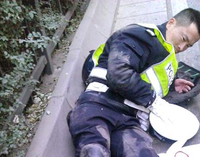 西安交警执勤被三轮摩托车撞骨裂