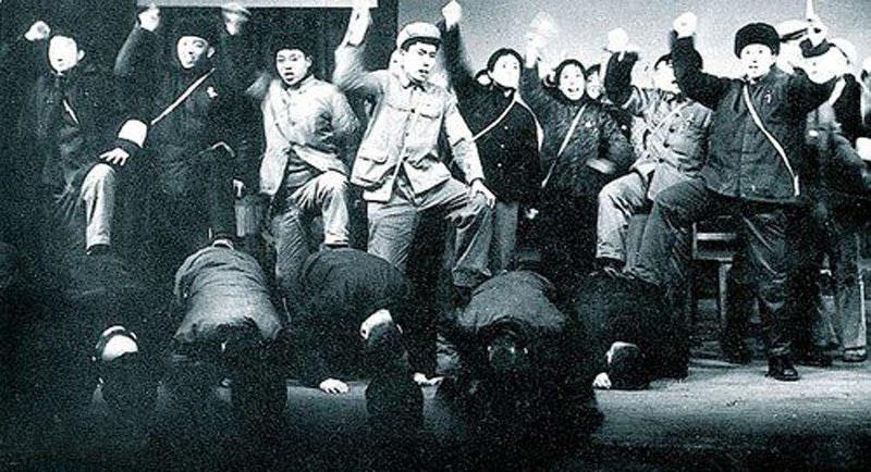 """1966年11月,上海工艺美术学校和上海戏剧学院的红卫兵在""""斗争""""他们的老师和学校领导。"""