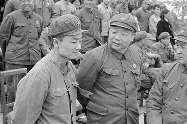 """1968年辽宁革命委员会成立,27岁的毛远新担任副主任,被视为""""可靠接班人"""",成为中国最年轻的省级干部。不久,他又担任沈阳军区政委。"""