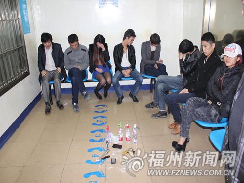 吸毒 冰 壶 向 学生 们 展示 吸毒 工具 冰