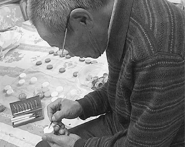 71岁老人心灵手巧用废弃饮料瓶盖制作象棋