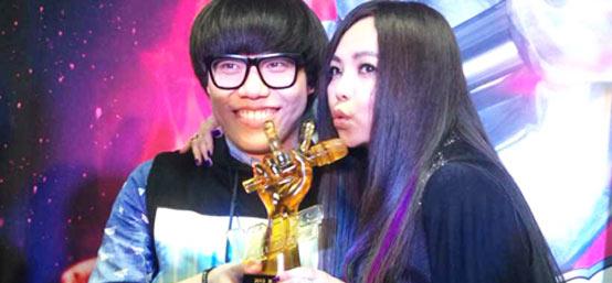 李琦夺2013好声音冠军 与导师张惠妹亲吻奖杯