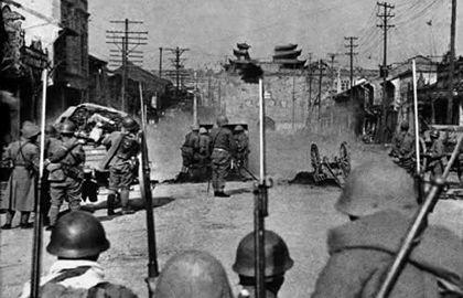 日军第六师团先头部队长谷川部队在南京中华门外准备总攻击的一刻。