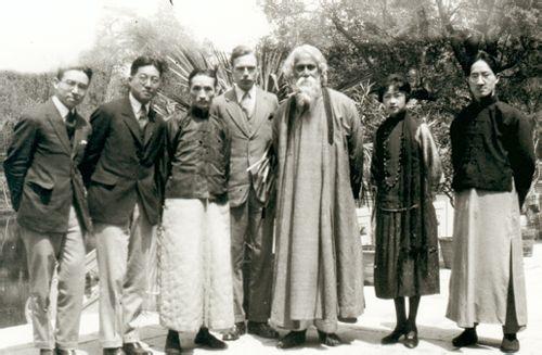 1923年梁思成(左一)与林长民(左二)、林徽因(右二)、徐志摩(右一)  等接待印度诗人泰戈尔。