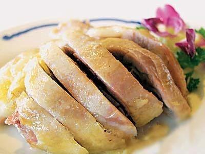 农历八月桂花香时,鸭子最肥,将其制作的板鸭叫桂花鸭.