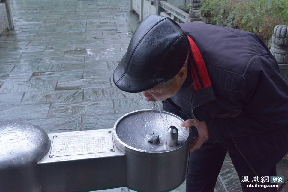 """笔者观察到,在公共场所的直饮水点只提供冷水,并没有温水或者热水。市民张先生带着儿子在饮水点上咕噜咕噜大口喝着水,张先生告诉我们:""""他们经常在中山公园玩,渴了就来喝点水,这水还挺赶紧,喝着也舒服。"""""""