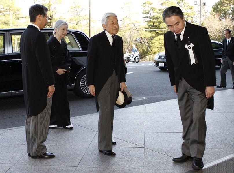 日本举行地震追悼大会 天皇向遇难者鞠躬 资讯