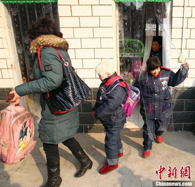 """1月5日,河南兰考县""""1.04""""火灾发生后,兰考县对袁厉害收养的其他10名孩子进行安置。1月4日上午,河南省兰考县城关镇一居民楼发生火灾,事故造成4名孩童当场死亡,3名在送医院途中死亡,目前仍有1人在医院接受救治。图为孩子们收拾行李从兰考县救助站转往市福利院。中新社发 王中举 摄"""