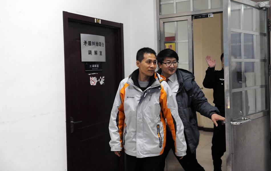 2013年1月28日,德胜门外派出所,朱瑞峰在京协助渝警方调查。重庆不雅视频爆料人朱瑞峰日前表示,除受到处理的11名官员,他手里还掌握多名重庆市厅级以上官员的不雅视频。27日晚和28日,重庆警方两名民警来京要求朱瑞峰协助调查,朱瑞峰以保护其在公安局内部的线人为由拒绝交出不雅视频。图为1月28日,北京,警方调解完毕,朱瑞峰走出调解室。徐晓帆/摄