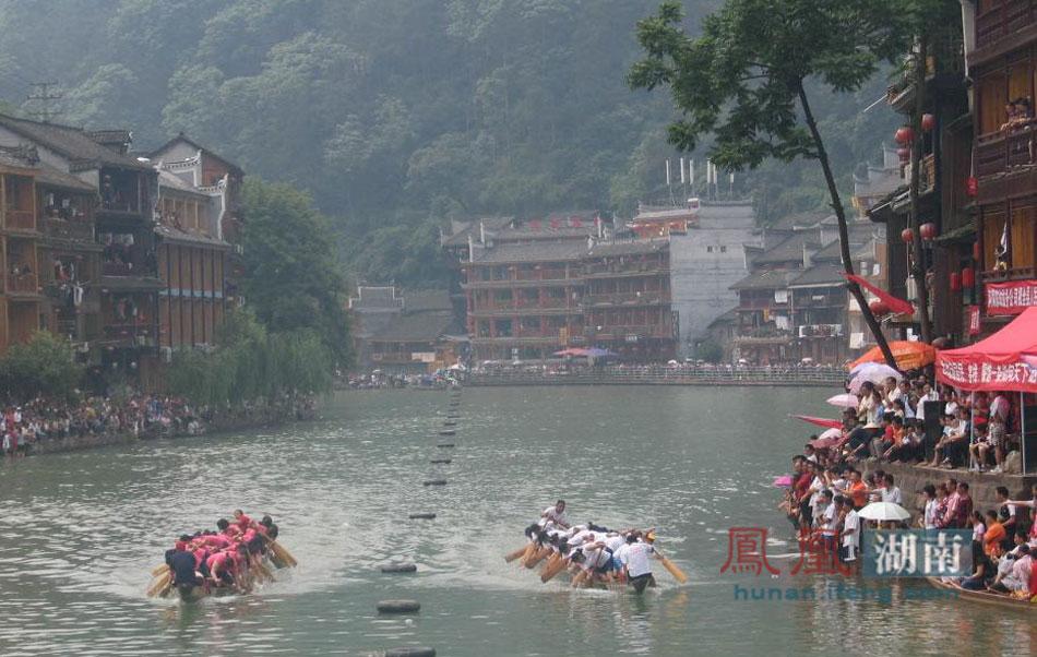 凤凰古镇观看传统龙舟比赛。