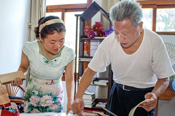 杨福音向记者展示他的作品。