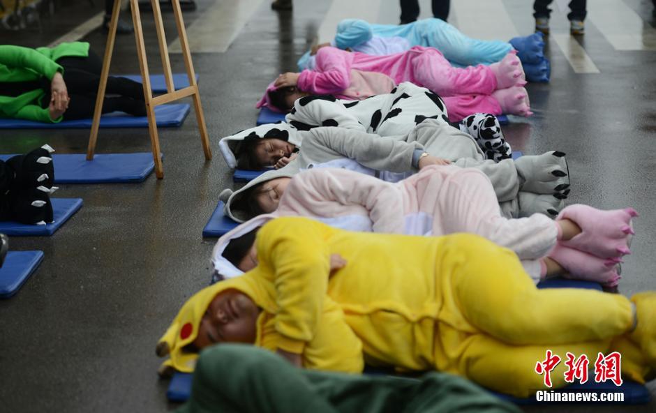 长沙市民睡大街呼吁关注睡眠健康 厦门频道