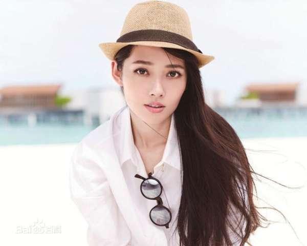 新进月光女神朱茵穿着服装设计师王玉涛的