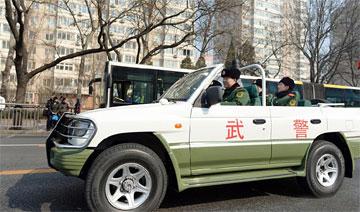 武警战士不畏雾霾 坐敞篷SUV保卫首都