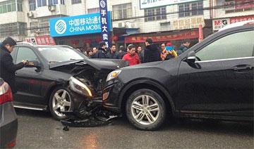 十万自主车撞残奔驰百万SUV遭网友吐槽 实现中国梦指日可待