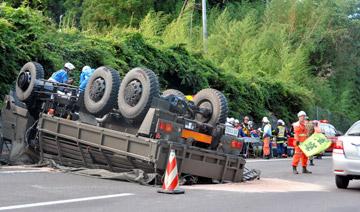 日本自卫队运兵车再次翻车 造成重大事故
