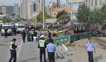 一货车撞公交站台致8死6伤灯柱断成10截