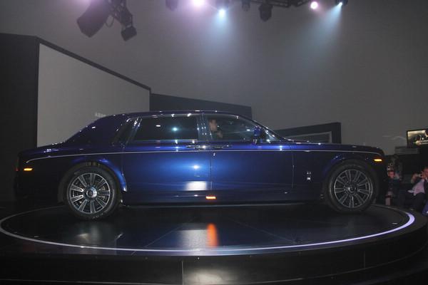 凤凰汽车讯 2013年7 月24日,莫尔塞姆 历史悠久的超豪华传奇汽车品牌布加迪将推出 Les L  gendes de Bugatti传奇限量版车型,以纪念布加迪历史上助力成就品牌辉煌的英雄人物。值勒芒24小时耐力赛迎来90周年之际,首款布加迪Les L gendes de Bugatti传奇限量版车型将以赛车手Jean -Pierre Wimille 的名字来命名。