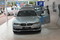 宝马330e即将引入 百公里油耗仅需2升