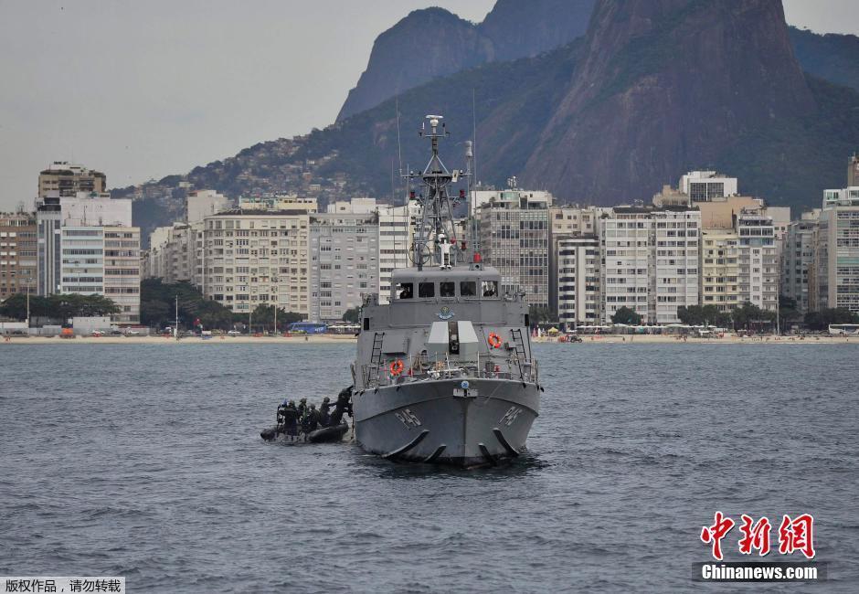 当地时间7月7日,巴西里约,世界杯半决赛开赛前一天,巴西海军亚马逊号P120近海巡逻舰在巴西里约巴卡巴纳海滩水域举行军事演习。