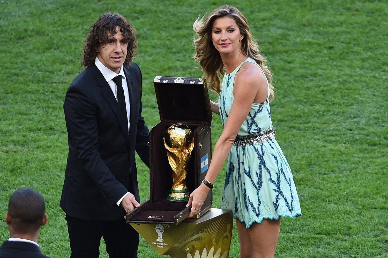 2014年7月14日,巴西马拉卡纳球场,2014巴西世界杯决赛,德国vs阿根廷。赛前,世界杯归还仪式举行,巴西名模邦辰、西班牙球星普约尔携大力神杯亮相。
