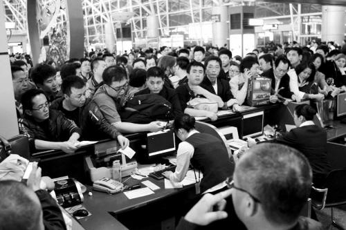 3月28日,深圳机场航班发生大面积延误,部分旅客情绪激动.