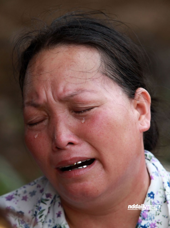 少年的亲属落下悲伤的眼泪.-东莞3溺亡少年被发现 腰缠尼龙绳成悬