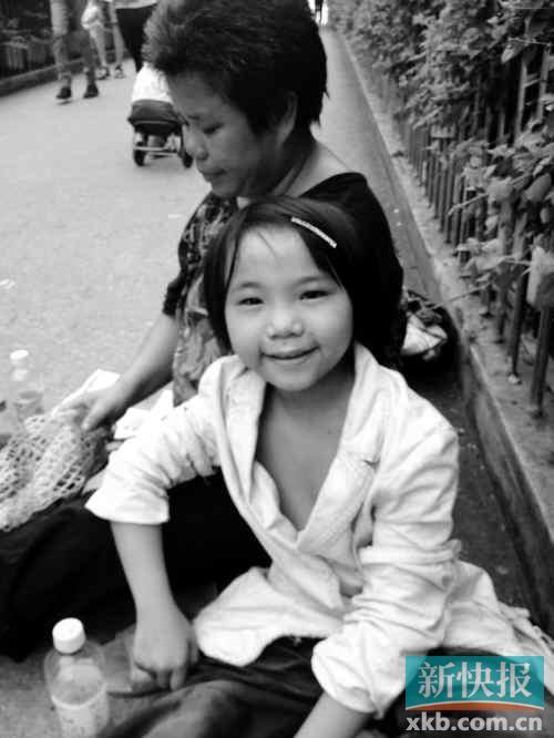流浪母亲携女乞讨 7年来绑着她睡觉图片