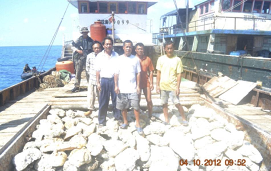 4月8日,菲律宾海军在黄岩岛海域发现8艘中国渔船。菲海军持枪登上中国渔船,对中国渔民进行检查。4月11日,菲律宾外交部出示了这一组照片。图为菲律宾海军持枪检查中国渔民的照片。