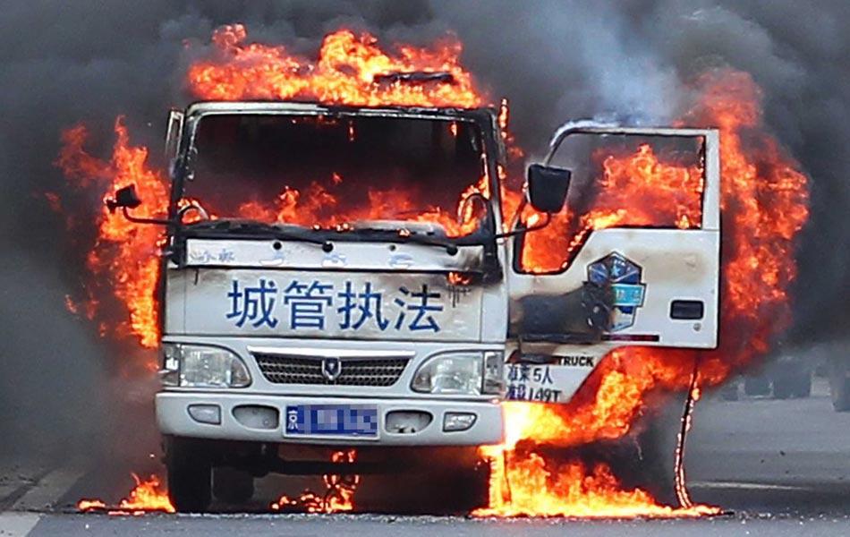 北京一城管执法车自燃