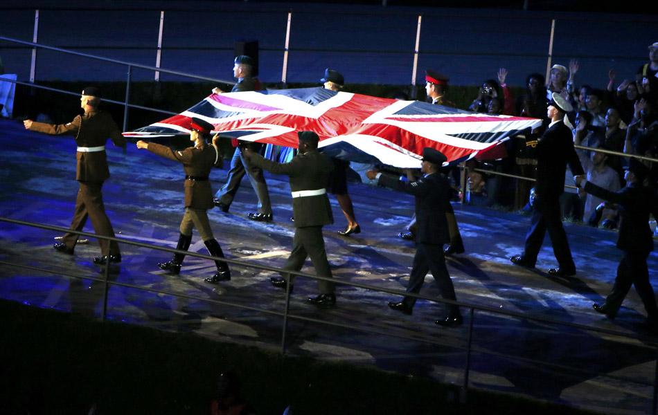 英国陆海空三军代表执旗入场。