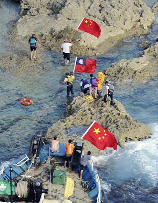 """香港""""保钓行动委员会""""成员15日登上钓鱼岛的主岛。据日本新闻网报道,日本冲绳县警察本部当地时间15日下午18时30分宣布,对5名登上钓鱼岛的中国香港保钓人士实施正式逮捕。"""