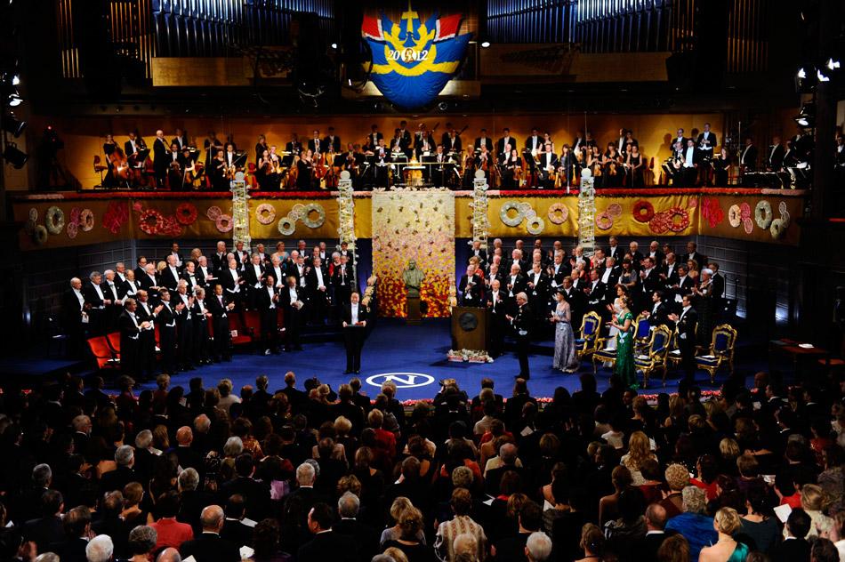 2012年诺贝尔奖颁奖仪式在瑞典斯德哥尔摩隆重举行。北京时间今日0点16分许,由瑞典文学院成员作家、瓦斯特伯格致辞并宣布,今年的诺贝尔文学奖由中国作家莫言获得。