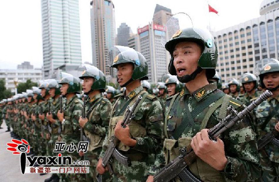 新疆武警部队反恐维稳誓师大会在乌鲁木齐市人民广场举行.本网记者 图片