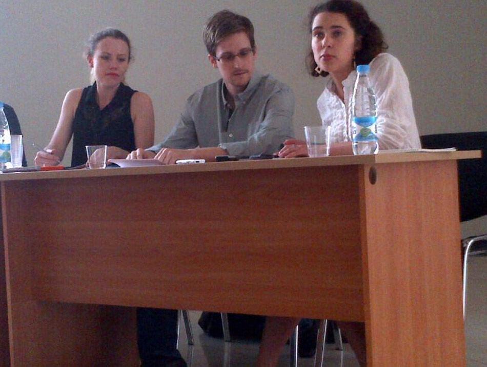 """外媒报道,美国""""棱镜""""监控计划泄密者爱德华•斯诺登于莫斯科时间7月12日在莫斯科谢列梅捷沃机场与多家人权机构代表人士举行会谈。自6月23日至今,斯诺登半个多月来首次公开露面。"""