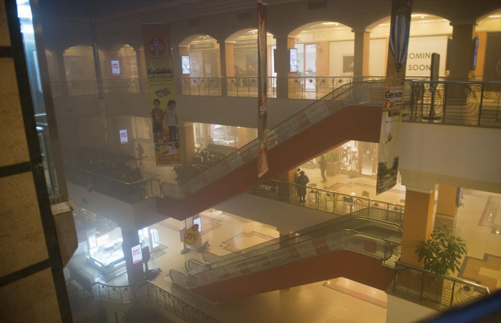 当地时间9月21日,肯尼亚首都内罗毕高档购物中心商场遭索马里伊斯兰激进组织青年党袭击。肯尼亚内务部长伦库22日证实,发生在内罗毕韦斯特盖特购物中心的袭击事件死亡人数已上升到59人,超过1000人获救。伦库在购物中心外对记者说,死者来自多个国家。目前有10至15名武装分子还在购物中心内顽抗。