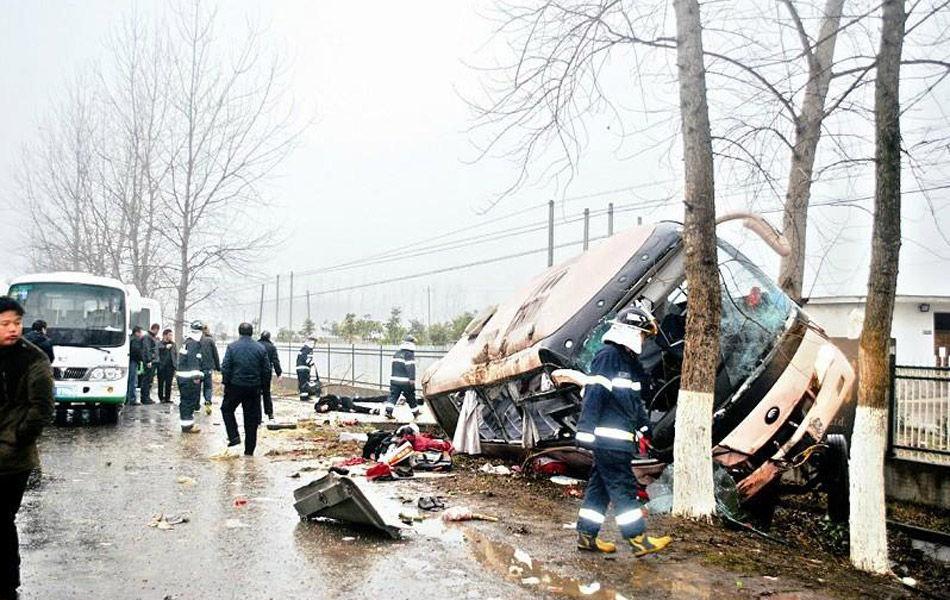 高清图—于天门市牛张线汪场镇罗阳村客车撞树多人伤亡