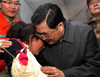 胡锦涛安慰哭泣藏族女孩卓玛尕措