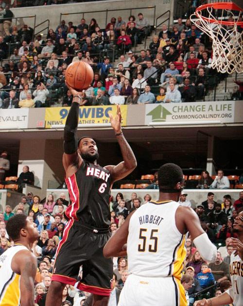 11-12赛季NBA常规赛继续进行.在詹姆斯23分9篮板7助攻准三双图片