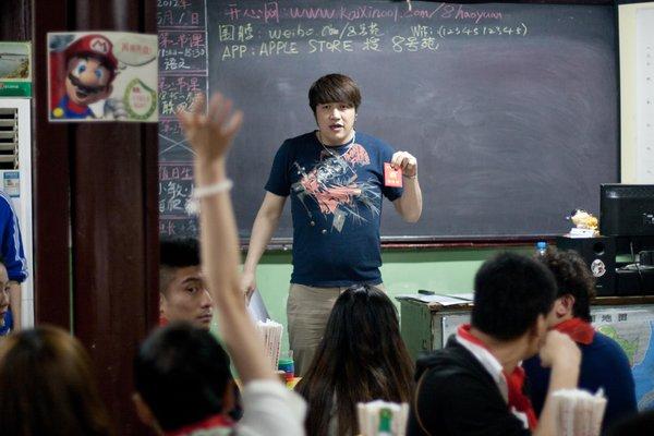 """""""同学""""(顾客)举手回答问题。"""