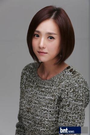 """x成员尹恩惠的照片时,李姬珍灿笑道:""""真可爱""""."""