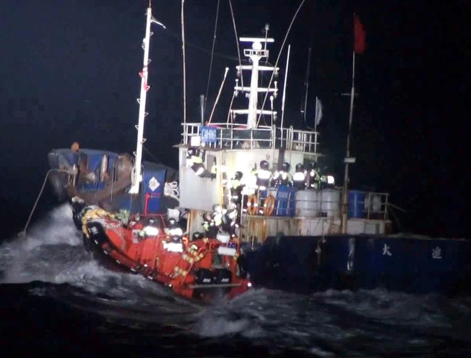 """当地时间2012年4月30日,韩国海事警察登上中国渔船。根据媒体报道,韩国4名公务员30日在扣押进行""""非法捕捞""""的中国渔船时,被中国船员刺伤。韩国农林水产食品部消息称,当天凌晨2点30分许,西海渔业管理团所属4名公务员在全罗南道新安郡黑山岛西北方约40英里海上扣留""""非法捕捞""""的中国渔船。过程中,中国船员向乘坐渔业指导船靠近的韩方公务员挥舞刀、钩、镰刀等武器,在此过程中韩方有三人头部、胳膊、腿部受伤,一人坠海。据悉,四人目前均已获救,9名中国船员被捕。"""