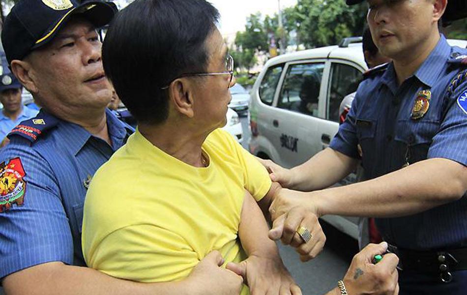 综合外电与菲律宾媒体报道,菲律宾民众11日举行反华游行,一名示威者试图在马尼拉中国驻菲律宾大使馆前焚烧中国国旗,警方及时制止并将其逮捕。